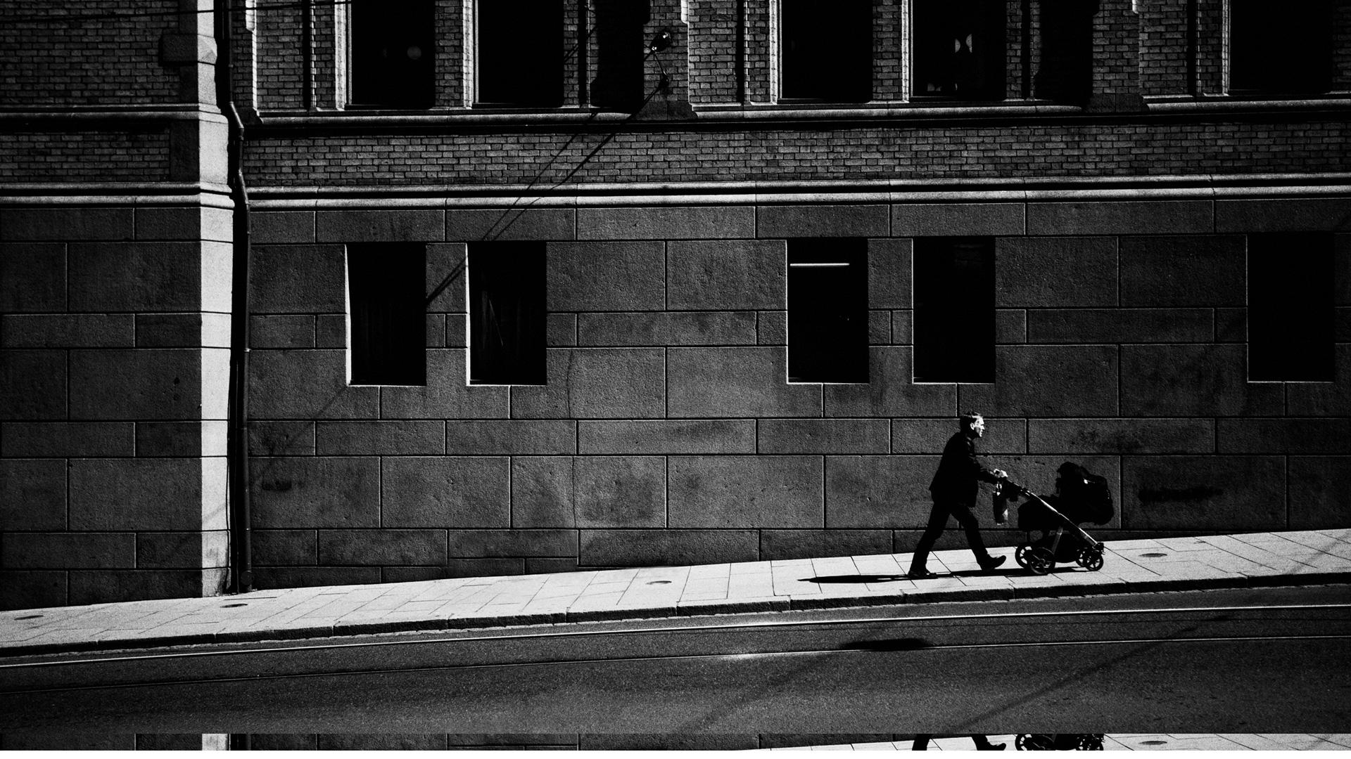 walking_the_baby-wallpaper-2560×1440