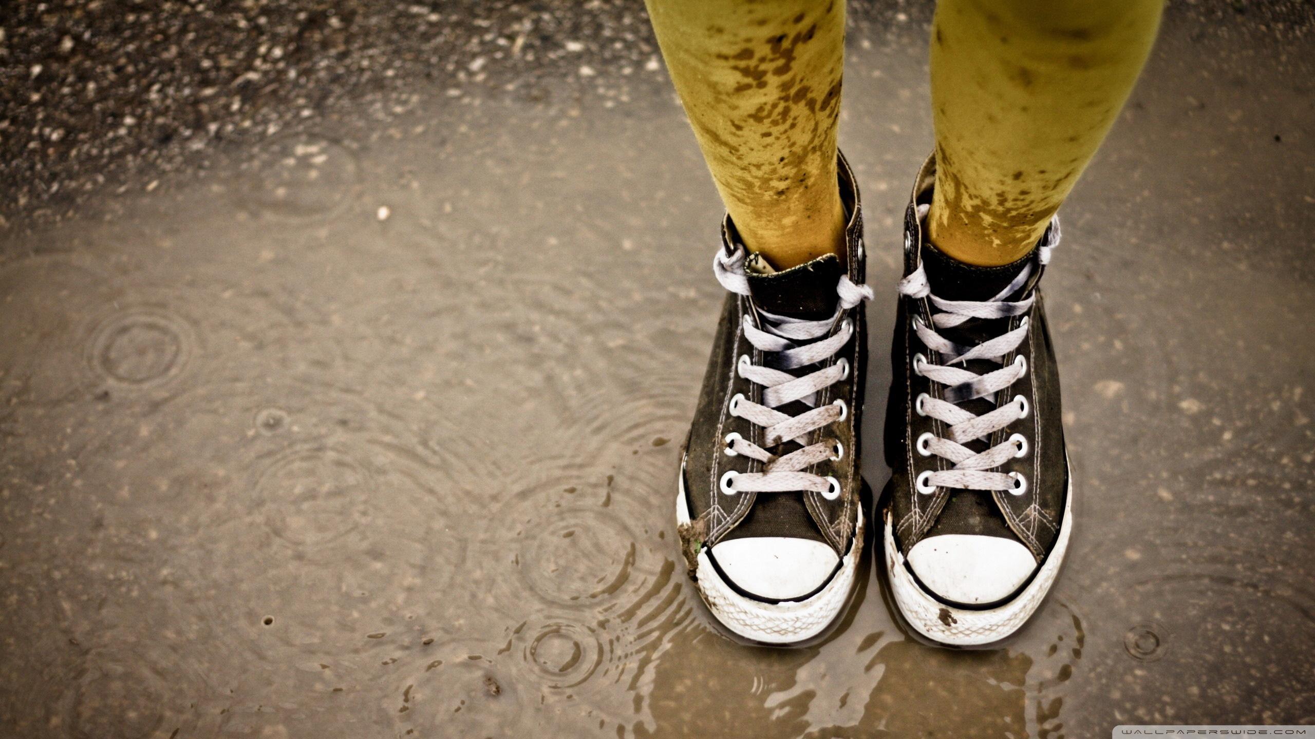 wet_sneakers-wallpaper-2560×1440